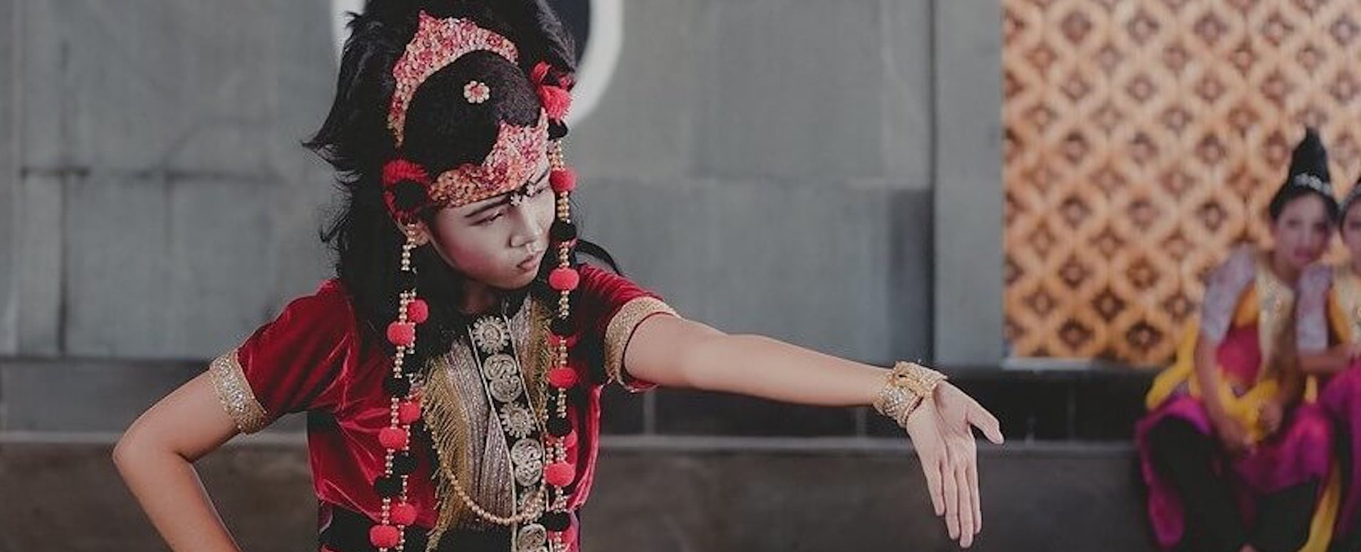 Dance to the rhythm of traditional dances - Indonesia