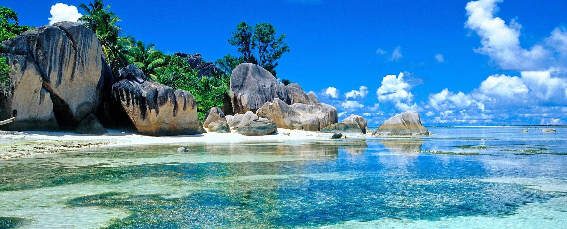 Enjoy the beautiful beaches of the islands - Indonesia