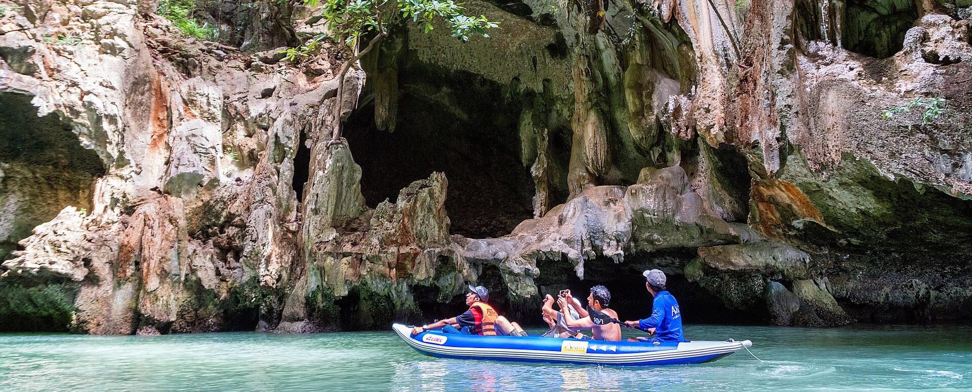 6. Faire une excursion en kayak dans la baie de Phang Nga - Thaïlande