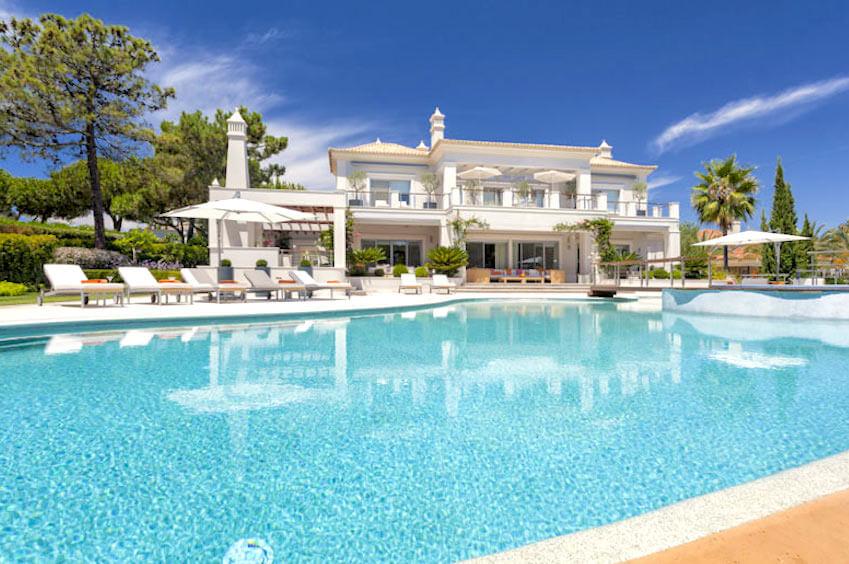 Villas in Ile de Ré and Algarve: combination of luxury and traditions