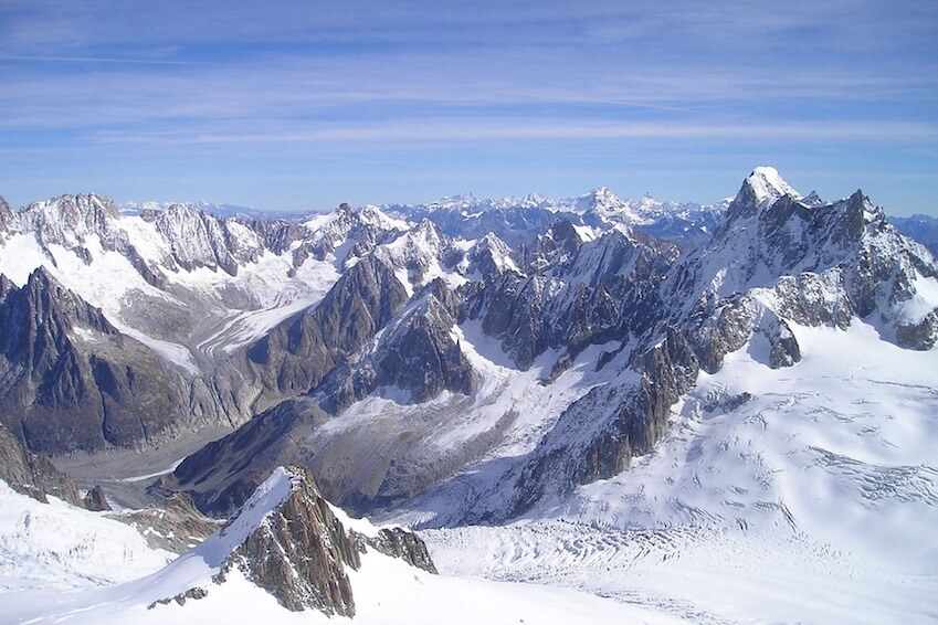 Eat at 3 842 meters of altitude, above the mountains of Chamonix
