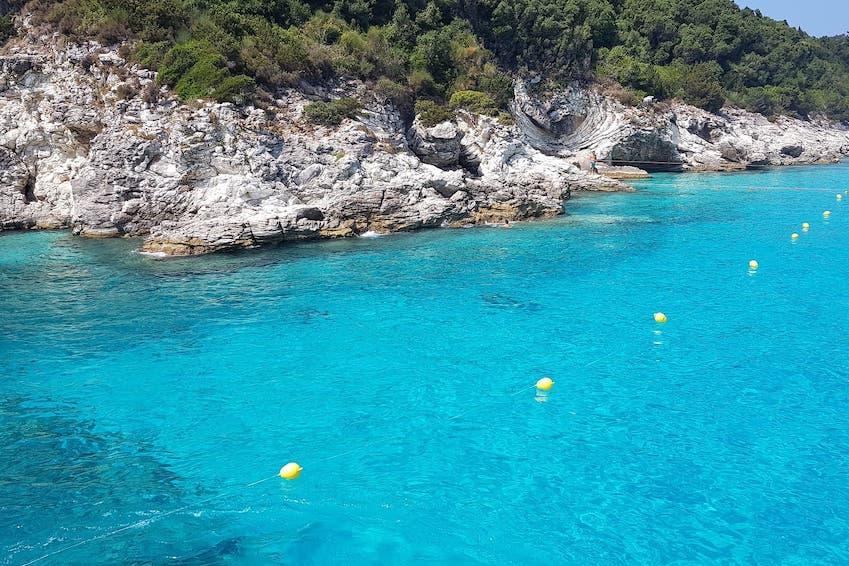 Paxos: marcher sur l'arche spectaculaire de Tripitos, nager sous les grottes bleues et faire une excursion en bateau vers les Antipaxos