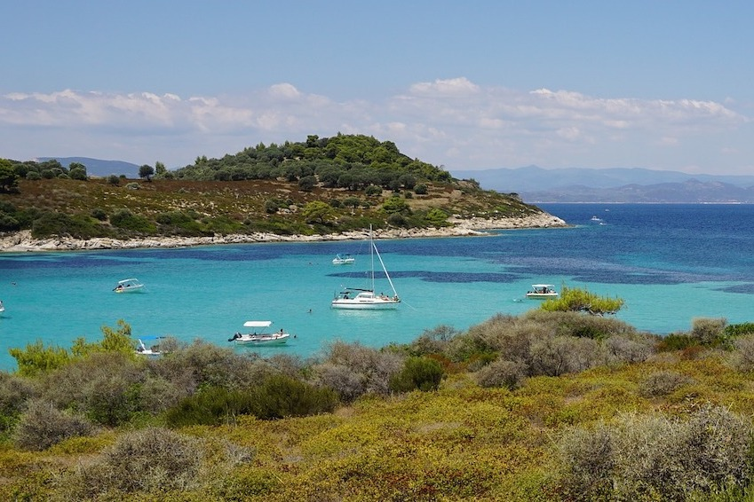 Prendre un bateau et naviguer sur les eaux turquoises