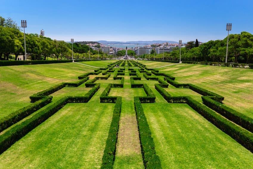 Admire the greenhouse of Eduardo VII Park