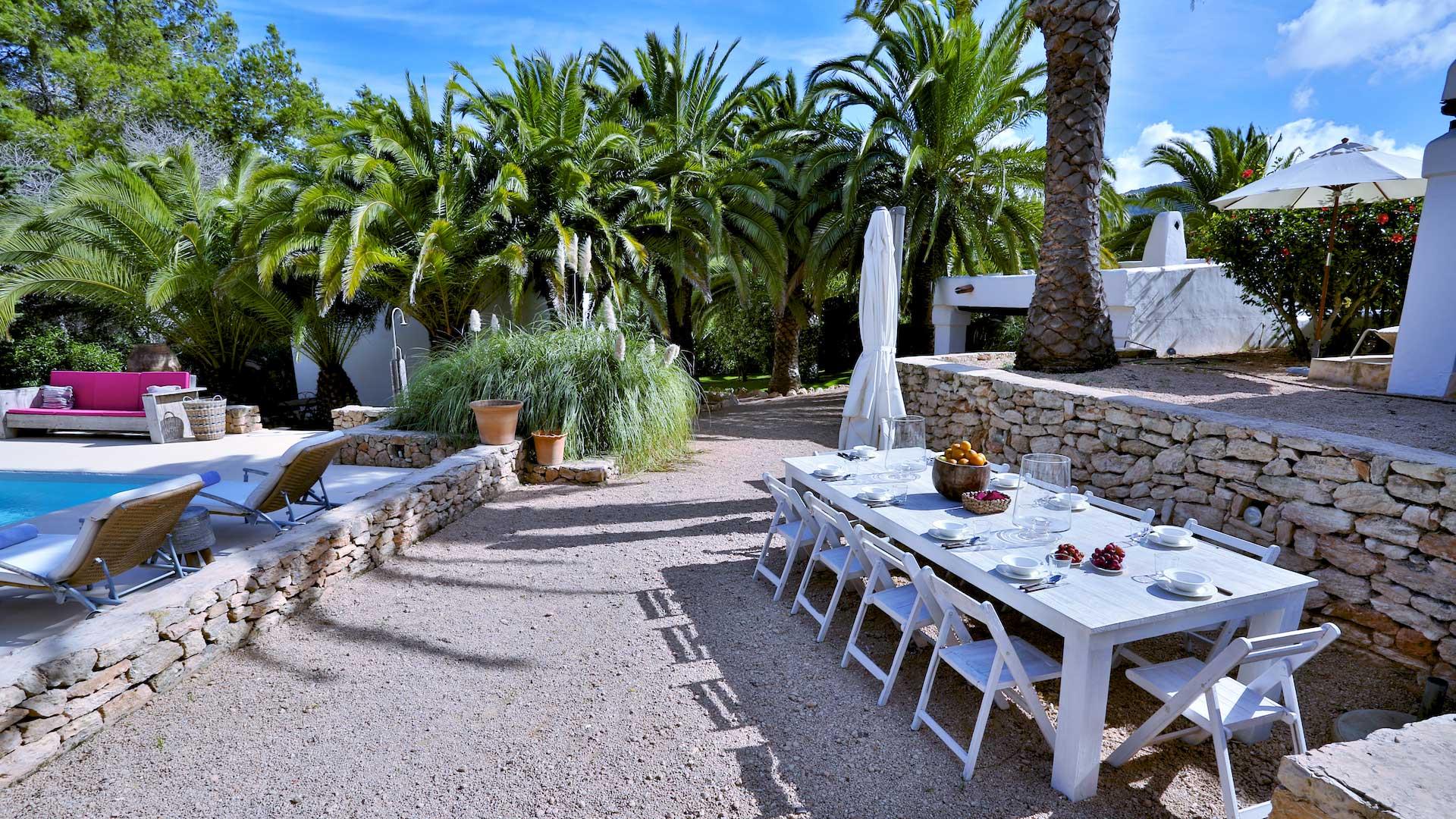 Fotos de la villa can ivy en ibiza villanovo for Villa jardin lanus oeste