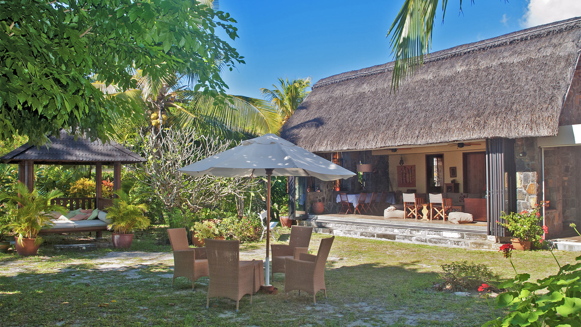 Villa bois margoz villa rental in mauritius north for Villa en bois